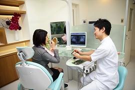谷野歯科医院に長く通って来られる患者さまには、むし歯がほとんどありません。これは治療を受ける中で自然に口内に対する関心が高まり、ご自分でケアすることが日常的に組み込まれているからではないかと思います